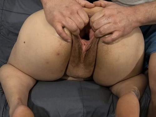 Big ass BBW enjoy to stretch her huge gaping pussy - amateur fisting, closeup